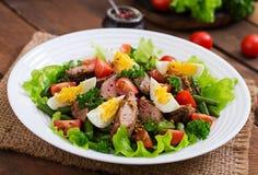 Salada morna com fígado de galinha, os feijões verdes, os ovos, os tomates e o b Imagens de Stock Royalty Free