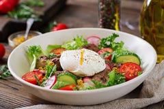 Salada morna do fígado de galinha, do rabanete, do pepino, do tomate e do ovo caçados foto de stock