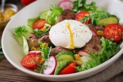 Salada morna do fígado de galinha, do rabanete, do pepino, do tomate e do ovo caçados imagem de stock royalty free