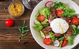 Salada morna do fígado de galinha, do rabanete, do pepino, do tomate e do ovo caçados imagem de stock