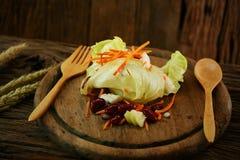 A salada na placa de madeira com grupo da colher, alimento limpo na sala de jantar para a saúde, alimento da dieta para alguns po Imagens de Stock Royalty Free