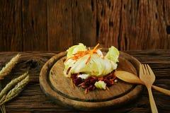 A salada na placa de madeira com grupo da colher, alimento limpo na sala de jantar para a saúde, alimento da dieta para alguns po Imagem de Stock Royalty Free