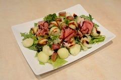 Salada na placa do quadrado branco Imagens de Stock
