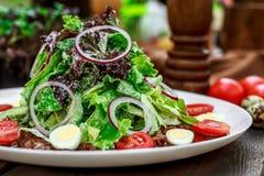 Salada na tabela imagem de stock