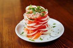 Salada nacional do Uzbeque dos tomates, das cebolas, das ervas e das especiarias fotografia de stock