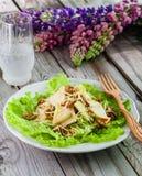 Salada no fundo de madeira Fotografia de Stock
