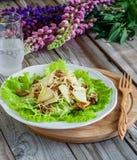 Salada no fundo de madeira Fotos de Stock Royalty Free