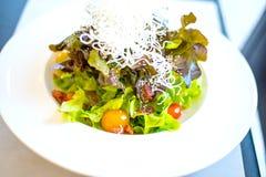 Salada no prato branco Foto de Stock