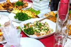 Salada, peixes e outros pratos na tabela de banquete Fotos de Stock Royalty Free