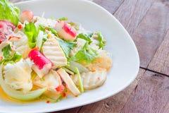 Salada picante da carne de porco da culinária tailandesa no fundo ou em Yum Moo Yor de madeira fotografia de stock