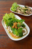 Salada picante da mistura com marisco e o legume fresco Imagens de Stock