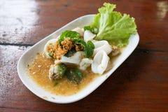 Salada picante da mistura com marisco e o legume fresco Fotografia de Stock