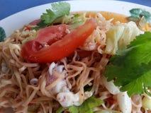 Salada picante do macarronete imediato com calamar Imagens de Stock