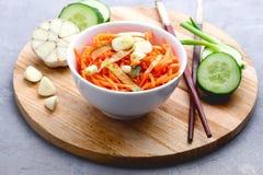 Salada picante orgânica da cenoura com conceito Tray Above Close Up de madeira do alimento biológico do vegetariano do pepino e d imagens de stock royalty free