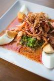 Salada picante tailandesa com ovos, carne de porco, galinha e camarão Imagem de Stock