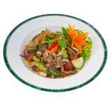 Salada picante tailandesa da carne (Yum Nua) isolada no branco Imagem de Stock