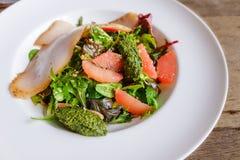Salada preta do bacalhau com toranja fotos de stock royalty free