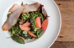 Salada preta do bacalhau com toranja imagens de stock royalty free
