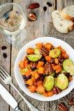 Salada Roasted da noz-pecã da abóbora do mel das couves de Bruxelas Imagem de Stock