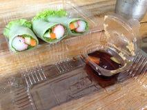 A salada rola na caixa plástica clara Foto de Stock