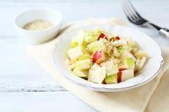 Salada saboroso com maçãs e aipo Foto de Stock