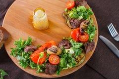 A salada sae com a carne assada cortada e os tomates de cereja sol-secados Imagem de Stock