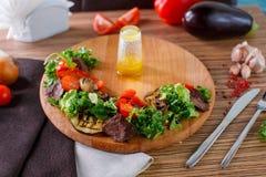 A salada sae com a carne assada cortada e os tomates de cereja sol-secados Fotos de Stock