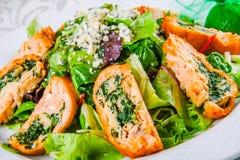 A salada sae com os rolos dos salmões e dos espinafres Fotos de Stock Royalty Free