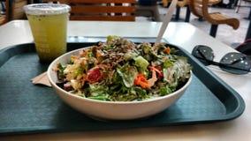 Salada saudável com suco da Pepino-hortelã foto de stock royalty free