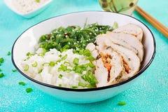 Salada saud?vel em uma bacia branca, hashis Rolos da galinha, arroz, chuka e cebola verde fotos de stock royalty free
