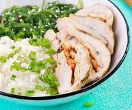 Salada saud?vel em uma bacia branca, hashis Rolos da galinha, arroz, chuka e cebola verde fotografia de stock