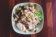 Salada saudável OM de madeira Fotos de Stock Royalty Free
