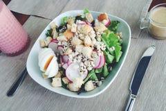 Salada saudável OM de madeira Imagem de Stock Royalty Free
