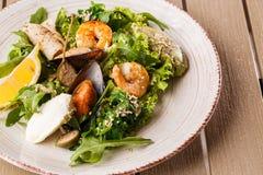 Salada saud?vel Receita para o marisco fresco Camarões grelhados, mexilhões e calamar, alface fresca da salada e puré do abacate foto de stock royalty free