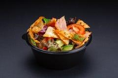 A salada serviu no fundo preto Conceito do prato do restaurante Prato no restaurante - salada com tomates, rúcula, alface foto de stock