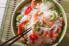 Salada tailandesa com os macarronetes, os camarões de vidro e os vegetais macro Hori Fotos de Stock Royalty Free