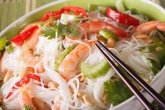Salada tailandesa com os macarronetes, os camarões de vidro e os vegetais macro Hori Imagem de Stock