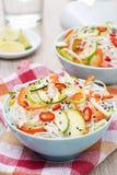Salada tailandesa com vegetais, macarronetes de arroz e galinha, close-up Fotos de Stock