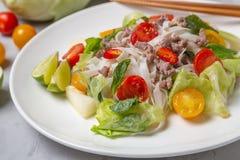 Salada tailandesa picante com os macarronetes da carne picada e de arroz SENSOR DE YAM WOON fotos de stock royalty free