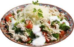 Salada tradicional com peixes de atum, queijo, galinha e tomates Fotografia de Stock Royalty Free