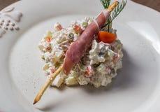 Salada tradicional do russo mais olivier com a ervilha no fotos de stock royalty free