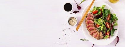 Salada tradicional japonesa com partes de atum grelhado meio-raro de Ahi imagens de stock royalty free