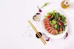Salada tradicional japonesa com partes de atum grelhado meio-raro de Ahi foto de stock