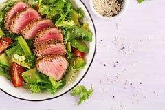 Salada tradicional japonesa com partes de atum grelhado meio-raro de Ahi fotografia de stock royalty free