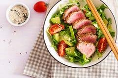 Salada tradicional japonesa com partes de atum grelhado meio-raro de Ahi foto de stock royalty free