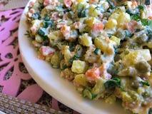 Salada tradicional Olivier do russo com vegetais e carne Salada do inverno Foto de Stock