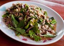 Salada triturada picante tailandesa da carne de porco, erva-benta triturada da carne de porco com picante, tailandês Fotografia de Stock Royalty Free