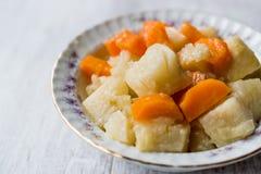 Salada turca do aipo do alimento com Olive Oil/Zeytinyagli Kereviz Imagens de Stock Royalty Free