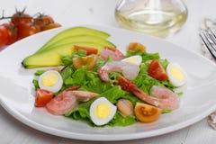Salada vegetal apetitosa deliciosa com marisco em uma placa branca Foto de Stock