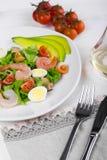 Salada vegetal apetitosa deliciosa com marisco em uma placa branca Foto de Stock Royalty Free
